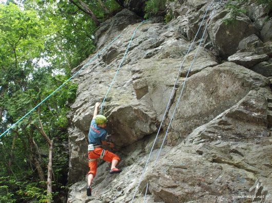 岩登りをする少年