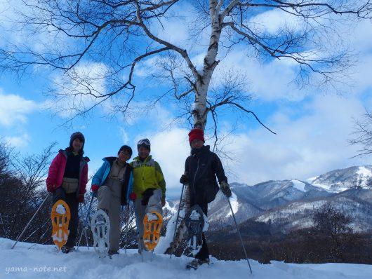 スノーシューハイキングをする家族