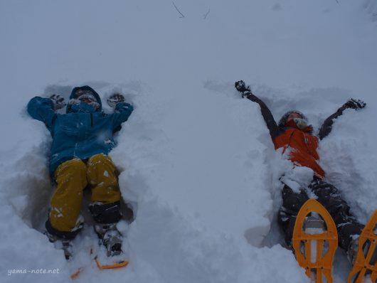 スノーシューハイキングをする女性