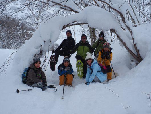 スノーシューハイキングをするグループ