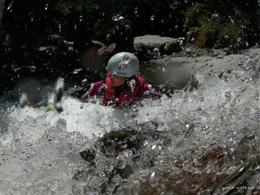 川遊びを楽しむ子ども