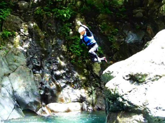 川へジャンプする男性