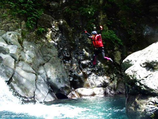 川へジャンプする女性