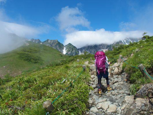 北アルプスを登山する女性