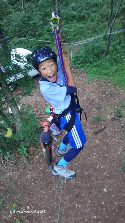 森の中を冒険する少年