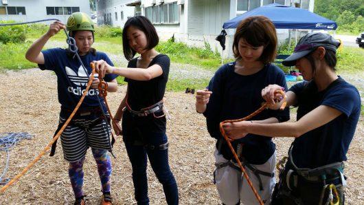 ロープワークを実践する女性たち