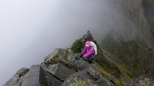 北アルプス大キレットを登る女性
