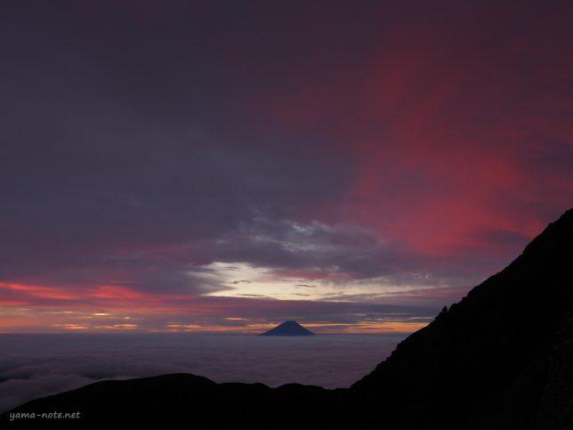南アルプス北岳の富士山の朝焼け
